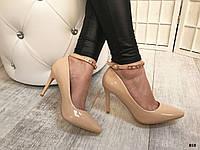 Бежевые лаковые туфли лодочки с застежкой