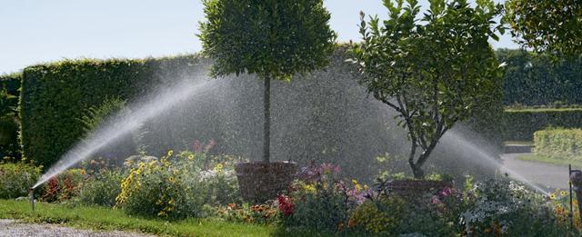 Дождеватели для полива газона и огорода Gardena