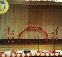 Оформление воздушными шарами сцены для выпускного