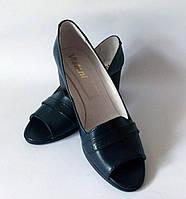 Синие туфли с открытым носком на танкетке
