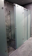 Стеклянные раздвижные душевые перегородки и распашные двери в спорткомплексе под Киевом