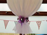 Гелиевый шар-гигант декорированный фатином и искусственными цветами