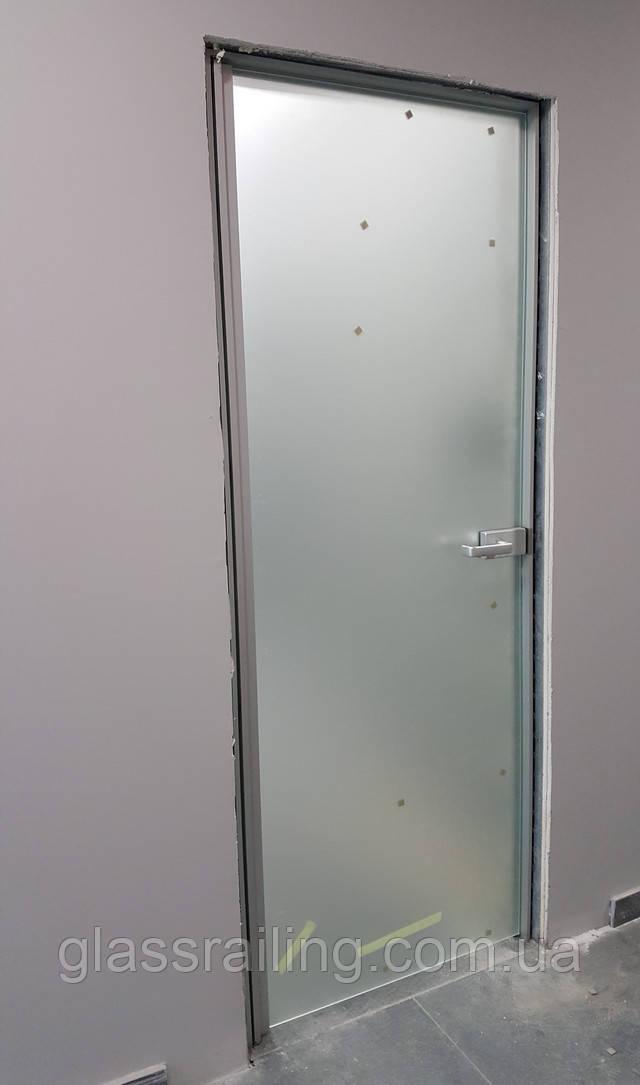 Стеклянные двери в на планке-петле