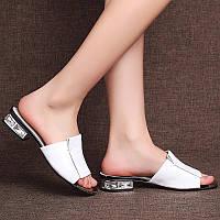 Стильные белые женские летние шлепки тапки кожанные с камнями на каблуке