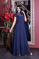 Струящееся длинное платье синего цвета