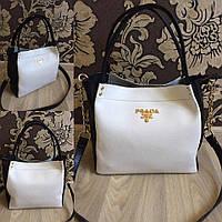 Белая сумка Прада с черными ручками