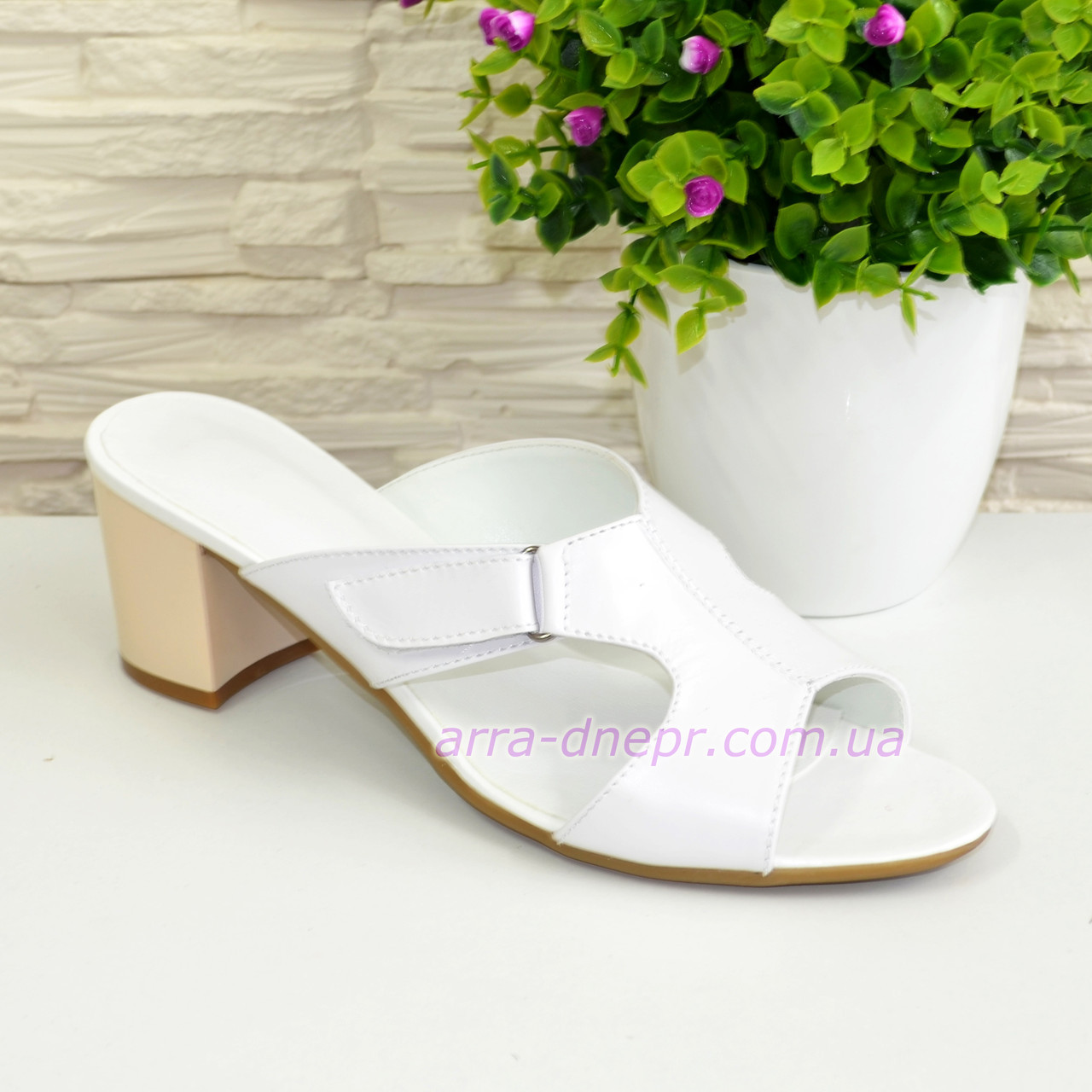 Шлепанцы женские белые на невысоком устойчивом каблуке