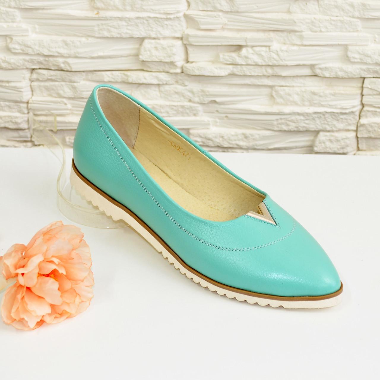 Женские кожаные туфли с заостренным носком, декорированы фурнитурой. Цвет мята.