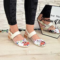 Стильные кожаные женские босоножки, с цветочным принтом, на маленьком каблуке.