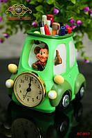 """Часы настольные. Подставка под канцелярские принадлежности """"Автомобиль с обезьянкой""""."""