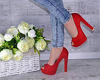 Туфли лабутены красные с открытым носком.