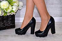 Черные кожаные туфли на высоком каблуке. Устойчивые.