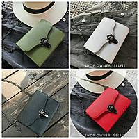 Женская сумка на цепочке с красной подкладкой