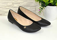Женские черные туфли на низком ходу, декорированные фурнитурой. 37 размер