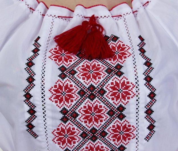Женская вышиванка с оригинальным узором