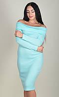 Красивое женское платье мятного цвета с длинным рукавом и открытими плечами