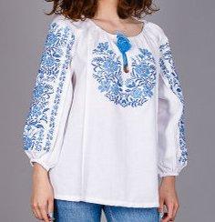 Красивая женская блуза с орнаментом голубого цвета