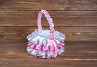 Красивая корзинка для лепестков с розовой лентой