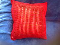 Красная декоративная диванная подушка