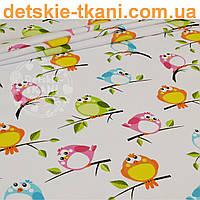Бязь с разноцветными воробушками на белом фоне (№ 826а)