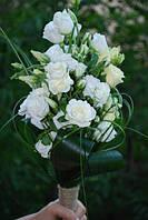 Букет из белых кустовых роз и эустомы