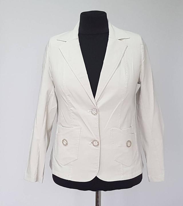 фотография женский пиджак большого размера на пуговицах