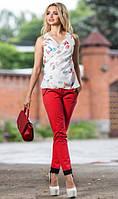Белая блуза с разноцветным принтом