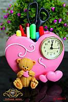 """Часы настольные. Подставка под канцелярские принадлежности """"Мишка с сердечком""""."""