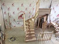 Деревянная лестница из бука Klobuk D079 с поворотом 180 градусов полувинтовая