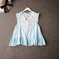 Женская хлопковая блузка нежно-голубого цвета с белым кружевом