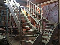 Деревянная лестница из бука Klobuk D031 с поворотом 90 градусов