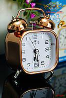 Будильник настольный. Часы настольные: Современный квадратный будильник.