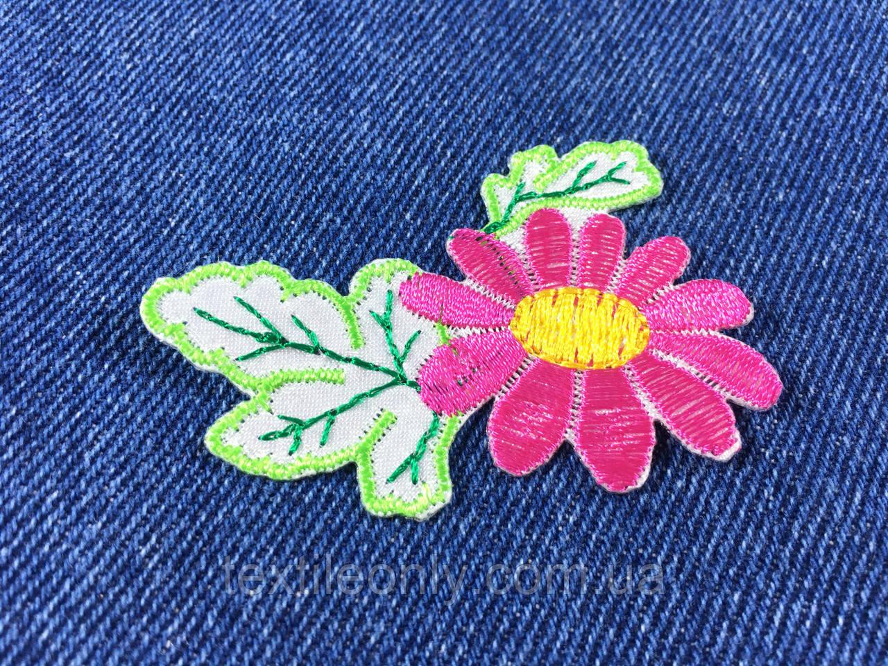 Нашивка цветочек  цвет малиновый .