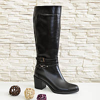 Женские зимние черные кожаные сапоги на устойчивом каблуке, декорированы ремешками. 37 размер.