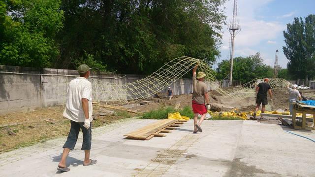 Вот так легко можно переносить каркас из стеклопластиковой арматуры длинной более 20 метров.
