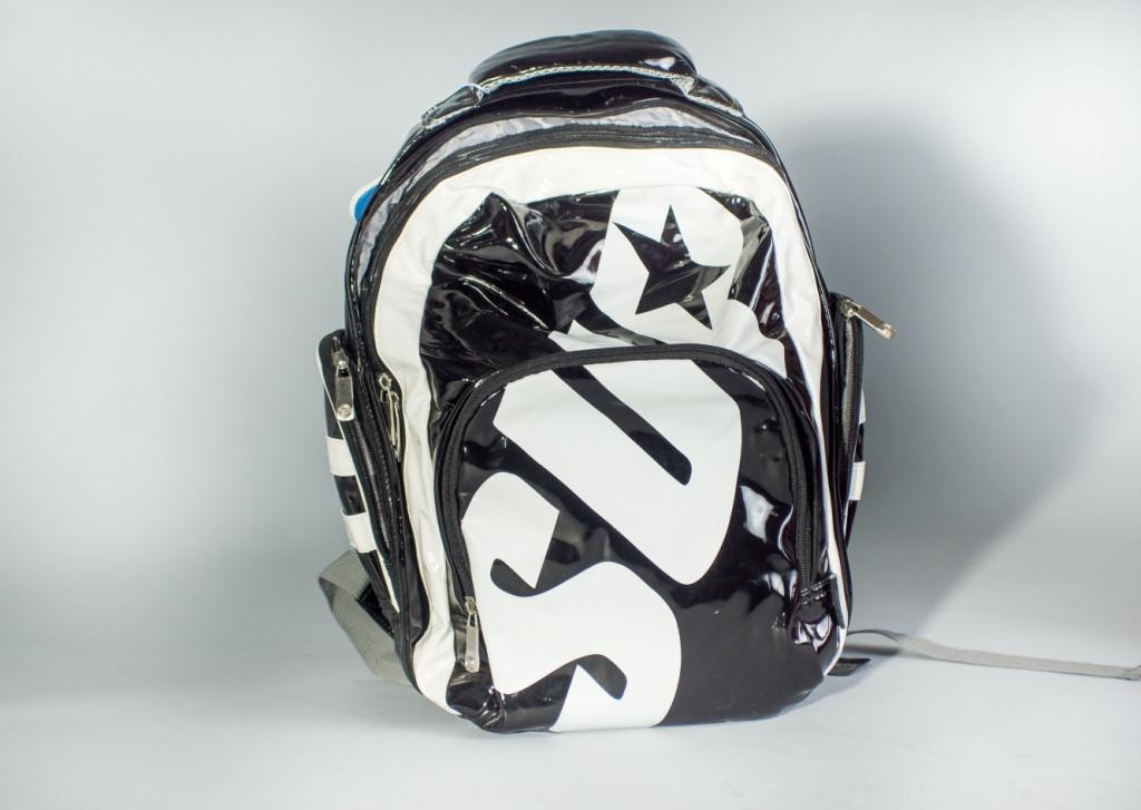 Рюкзак из лакового кожзаменителя черно-белый