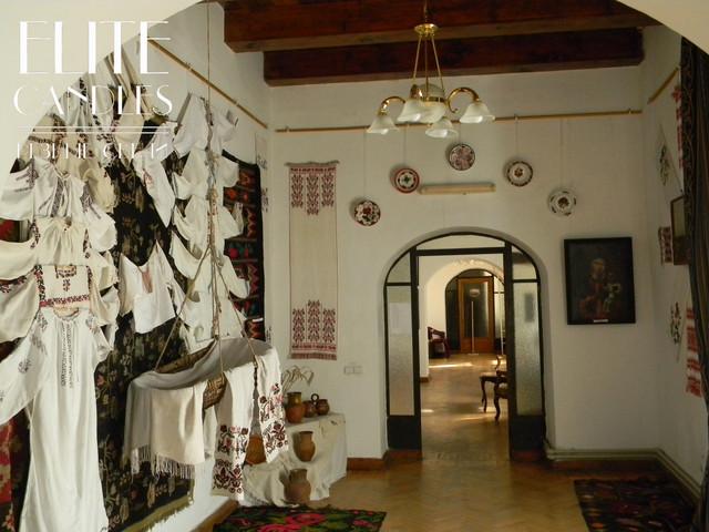 Фото выставочной залы картинной галереи.