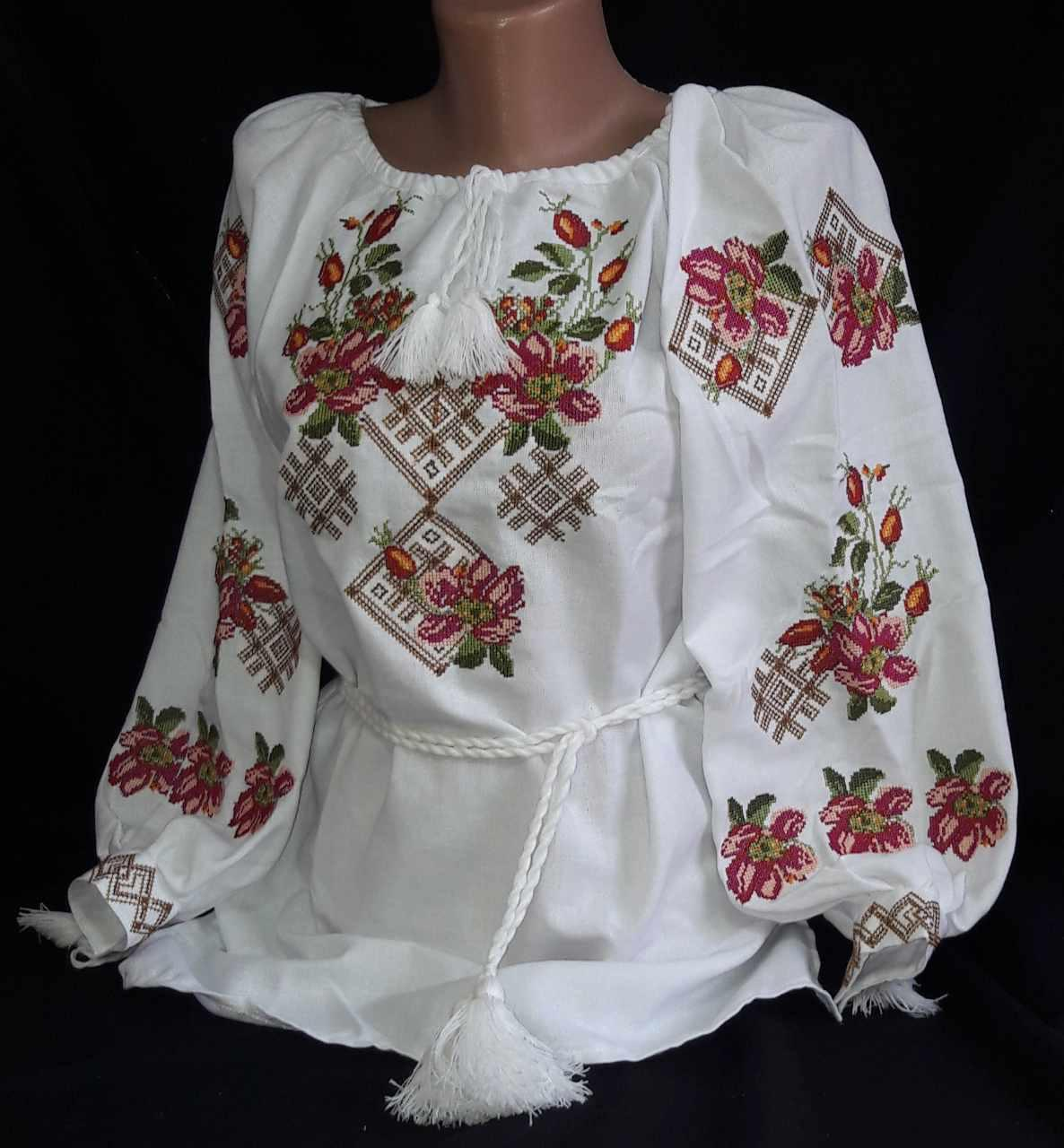 Женская вышиванка Аромат шиповника на натуральном выбеленном льне