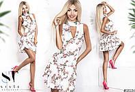 Маленькое летнее платье со свежим цветочным принтом.