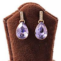 Серьги-гвоздики декорированы каплевидным фиолетовым камнем