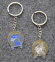 Брелок металлический в форме подковы с изображением лошади