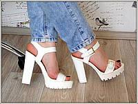 Босоножки женские белые на толстом каблуке с пряжкой