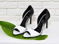 Босоножки белого цвета с черной пяткой на тонком каблуке из натуральной кожи С-704