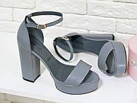 Босоножки серого цвета на устойчивом каблуке из натуральной кожи  хит лета