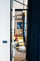 Цельностеклянная дверь с маятниковой фурнитурой