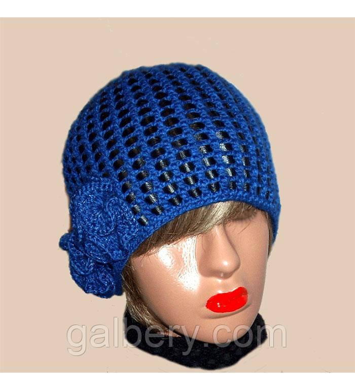 Вязаная женская шапка василькового цвета c элементами кожи