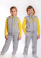Спортивный костюм для девочки выполнен из трикотажной ткани. Разные цвета