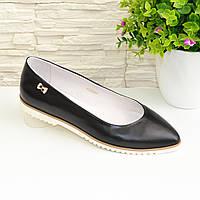 Женские черные кожаные туфли-балетки с заостренным носком.