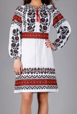 Вышитое платье с традиционным украинским орнаментом