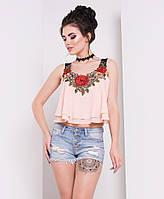 Молодежная короткая блузка персикового цвета с вышивкой. Модель 16447.